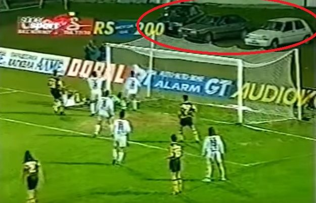 1/10 μόνο το βρίσκει: Αναγνωρίζεις το εικονιζόμενο γήπεδο της Α' Εθνικής των 90's με το πάρκινγκ πίσω απ' το τέρμα;